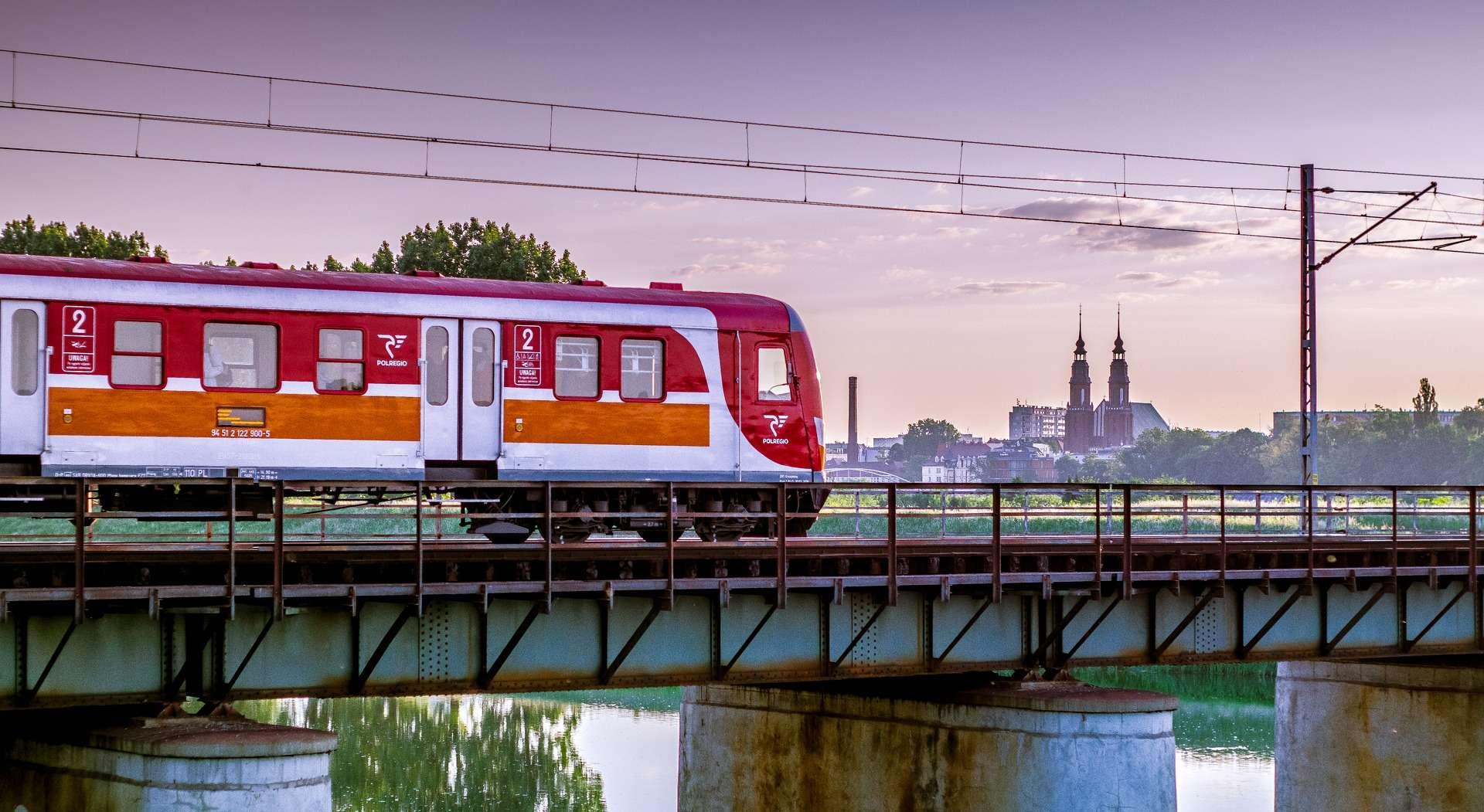 Vergelijk simpel en snel de CO2-uitstoot, reistijd en de prijs van stedenreizen in Europa